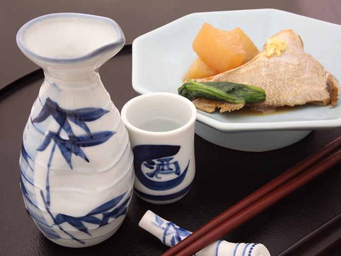 日本酒と煮魚のセット