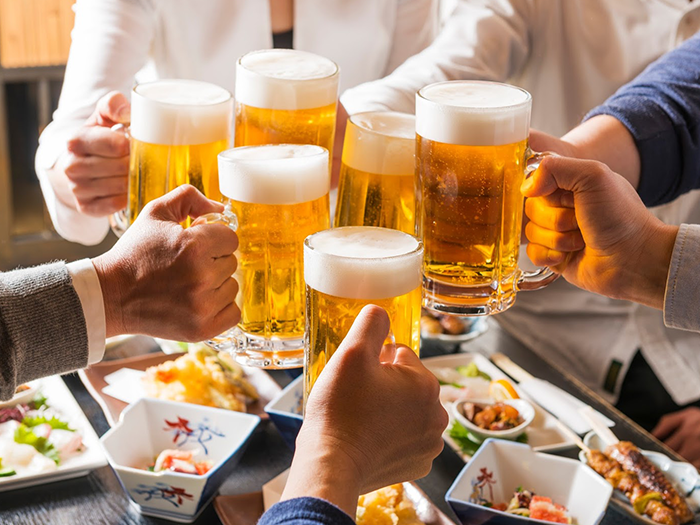ビールで乾杯をしている男女